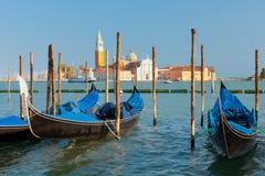 Gondoler på pir i Venedig Royaltyfria Bilder