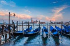 Gondoler på skymning i den Venedig lagun, Italia Royaltyfri Foto