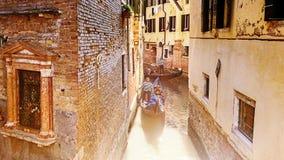 Gondoler på smala kanaler i venice Royaltyfri Fotografi