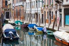 Gondoler som förtöjas längs vattenkanalen Royaltyfria Bilder