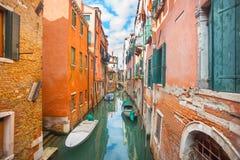Gondoler som parkeras bredvid byggnader i Venedig Arkivbild