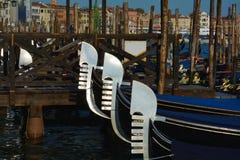 Gondoler som parkeras i St Mark & x27; s-fyrkant, Venedig Royaltyfri Foto
