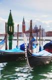 Gondoler som svävar i den storslagna kanalen Royaltyfria Foton