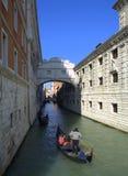 Gondoler under bron av suckar, Venedig Arkivbild