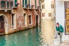 Gondolero auxiliar Venecia Italia Imagen de archivo libre de regalías