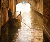 Gondolero de Venecia en puesta del sol Fotos de archivo libres de regalías
