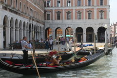Gondolero de Venecia en un canal veneciano tradicional Foto de archivo libre de regalías