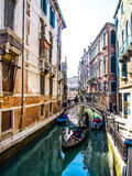 Gondolero de Venecia que conduce la góndola Imagen de archivo libre de regalías
