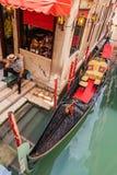 Gondolero en Venecia en el embarcadero imagen de archivo