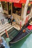 Gondolero en Venecia en el embarcadero fotos de archivo