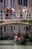 Gondolero, góndola y turistas en Venecia Fotos de archivo