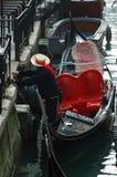 Gondolero que prepara el barco para los turistas, Venecia Imagen de archivo libre de regalías