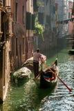Gondolero solitario en la flotación de Venecia Imágenes de archivo libres de regalías