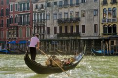 Gondolero veneciano con su góndola en Grand Canal, Venecia, Italia fotografía de archivo libre de regalías