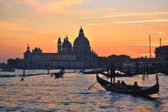 Gondolero veneciano en la puesta del sol Foto de archivo