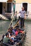 Gondolero y turistas en una góndola Imagen de archivo