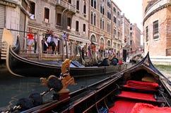 Gondolero y turistas en una góndola Fotos de archivo libres de regalías
