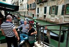 Gondoleros de Venecia Imagenes de archivo