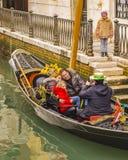 Gondoleros en el canal de Venecia imagen de archivo