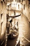 Gondoleros en un canal veneciano Foto de archivo