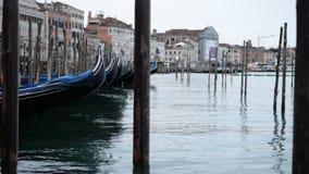 Gondoles à Venise balançant sur les vagues Temps nuageux clips vidéos