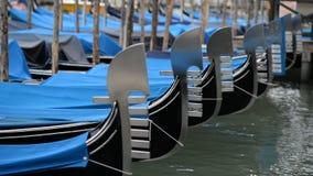 Gondoles à Venise balançant sur les vagues Temps nuageux banque de vidéos