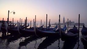 Gondoles à Venise dans moning Sur San Giorgio Maggiore de fond l'île est évidente clips vidéos
