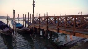 Gondoles à Venise dans moning Sur San Giorgio Maggiore de fond l'île est évidente banque de vidéos