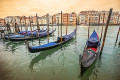 Gondoles amarrées au dock à Venise Photo libre de droits