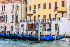 Gondoles amarrées devant la terrasse d'un palais vénitien dessus image libre de droits