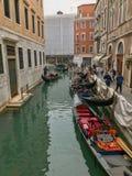 Gondoles amarrées le long d'un canal étroit de Venise photo stock