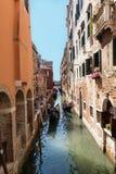 Gondoles avec des touristes sur le canal étroit à Venise, Italie, l'Europe images stock