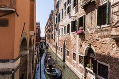 Gondoles avec des touristes sur le canal étroit à Venise, Italie, l'Europe photos stock