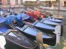 Gondoles bleues à Venise Italie Photographie stock libre de droits