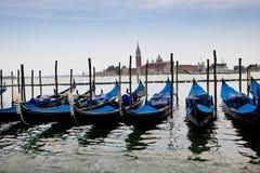 Gondoles bleues et noires sur le canal Photos stock