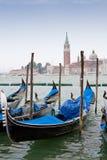 Gondoles bleues et noires sur le canal grand image libre de droits