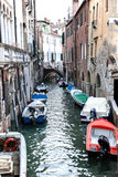 Gondoles couvertes dessus sur un canal vénitien, Venise, Italie Image stock
