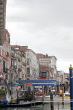 Gondoles couvertes dessus sur un canal vénitien, Venise, Italie Images libres de droits
