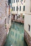 Gondoles couvertes dessus sur un canal vénitien, Venise, Italie Photographie stock