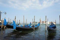 Gondoles dans le port, été de Venise photos libres de droits