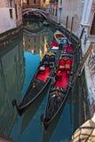Gondoles dans un canal vénitien image libre de droits