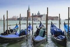 Gondoles dans Vernice avec l'église de San Giorgio di Maggiore Image stock