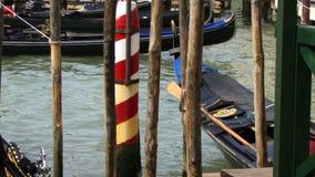 Gondoles de bateaux sur l'eau à Venise Italie banque de vidéos