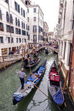 Gondoles dessus sur un canal vénitien, Venise, Italie Images libres de droits