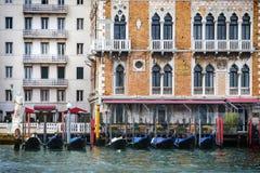 Gondoles devant l'hôtel Bauer Palazzo Photographie stock