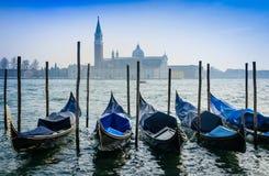 Gondoles et l'île de Maggiore Photos stock