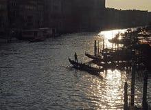 Gondoles sur Canale Grende contre la lumière du soleil images stock