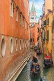 Gondoles sur le canal étroit latéral à Venise, Italie Photos libres de droits
