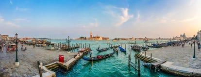 Gondoles sur le canal grand au coucher du soleil, San Marco, Venise, Italie image libre de droits