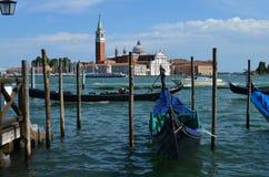 Gondoles vénitiennes La cathédrale de San Giorgio Maggiore photo stock